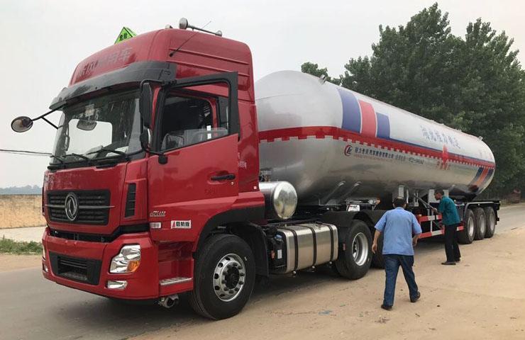 程力威牌CLW9409GYQB型58.3立方液化气体运输半挂车(异丁烷)