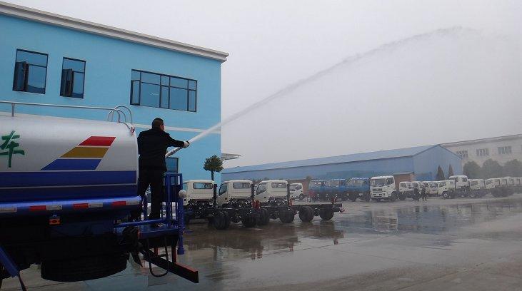 东风15吨洒水车高压水炮作业2.jpg