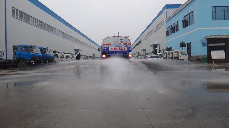 东风15吨洒水车背面洒水作业3.jpg