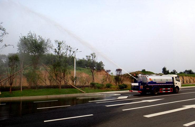 东风多利卡8吨洒水车绿化高炮实拍图片3.jpg